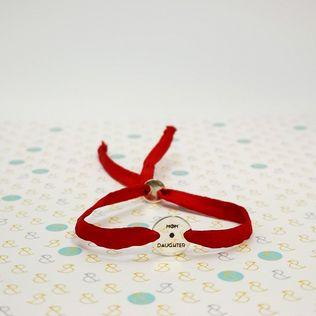 Hodvábny červený náramok s medailónom